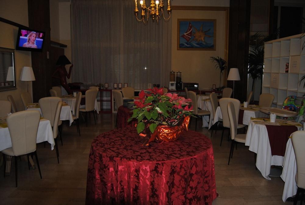 호텔 라 페를라(Hotel La Perla) Hotel Image 30 - Breakfast Area