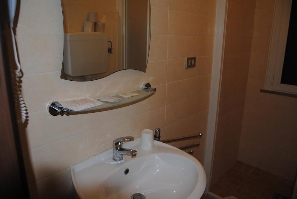 호텔 라 페를라(Hotel La Perla) Hotel Image 25 - Bathroom