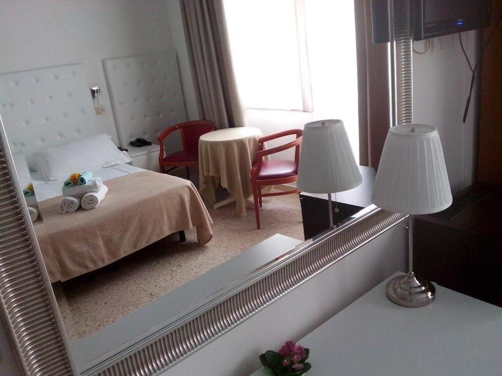 호텔 라 페를라(Hotel La Perla) Hotel Image 9 - Guestroom