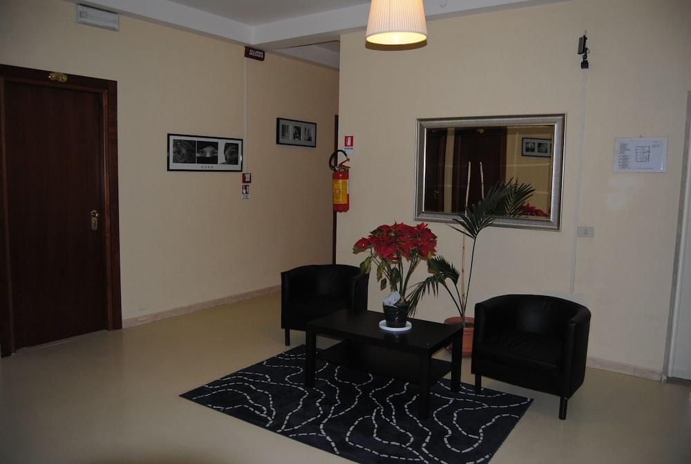 호텔 라 페를라(Hotel La Perla) Hotel Image 1 - Lobby Sitting Area