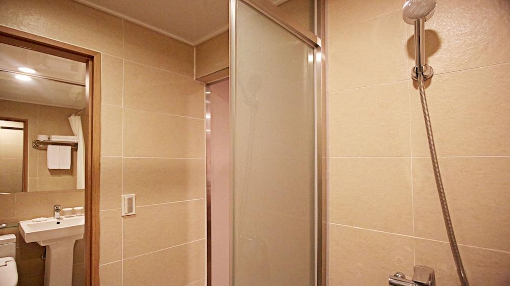 호텔 스카이파크 명동 III(HOTEL SKYPARK Myeongdong III) Hotel Image 30 - Bathroom