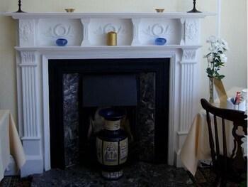 애번데일(The Avondale) Hotel Image 10 - Fireplace