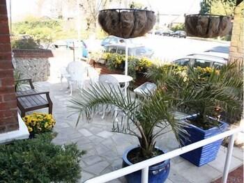 애번데일(The Avondale) Hotel Image 11 - Terrace/Patio