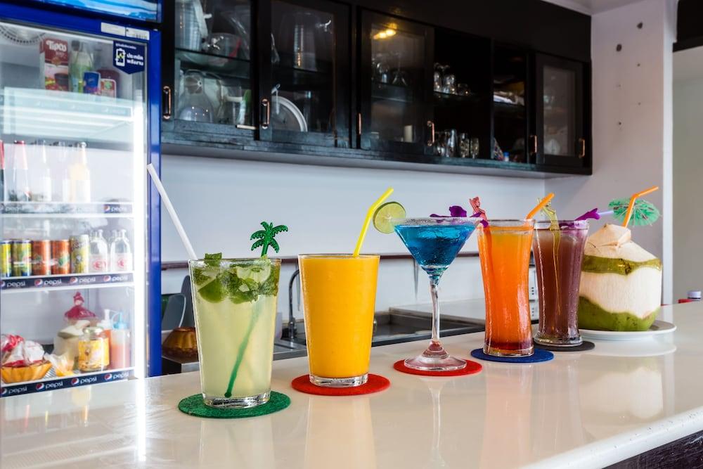 7Q 파통 비치 호텔(7Q Patong Beach Hotel) Hotel Image 54 - Hotel Bar