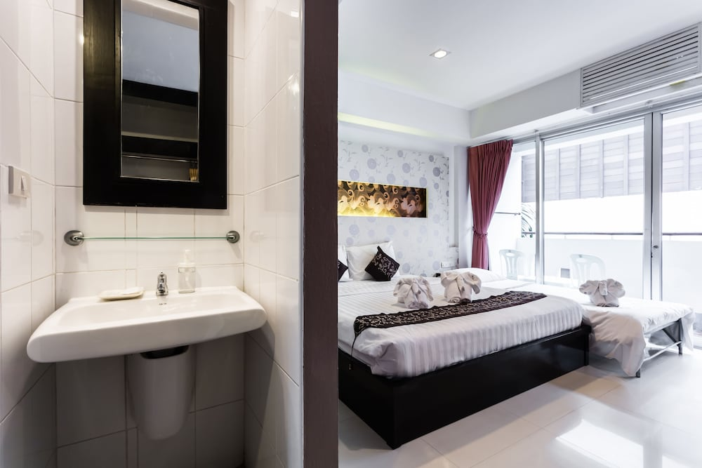 7Q 파통 비치 호텔(7Q Patong Beach Hotel) Hotel Image 38 - Bathroom Sink