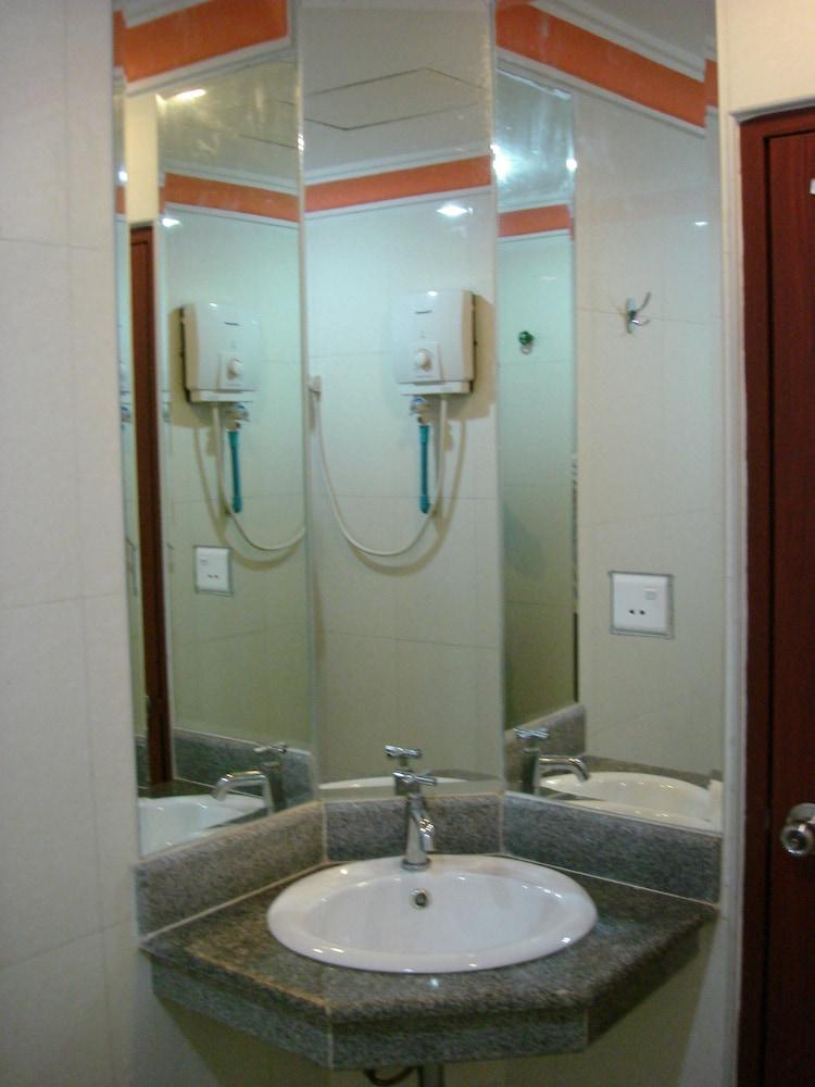 럭키 스타 호텔(Lucky Star Hotel) Hotel Image 13 - Bathroom
