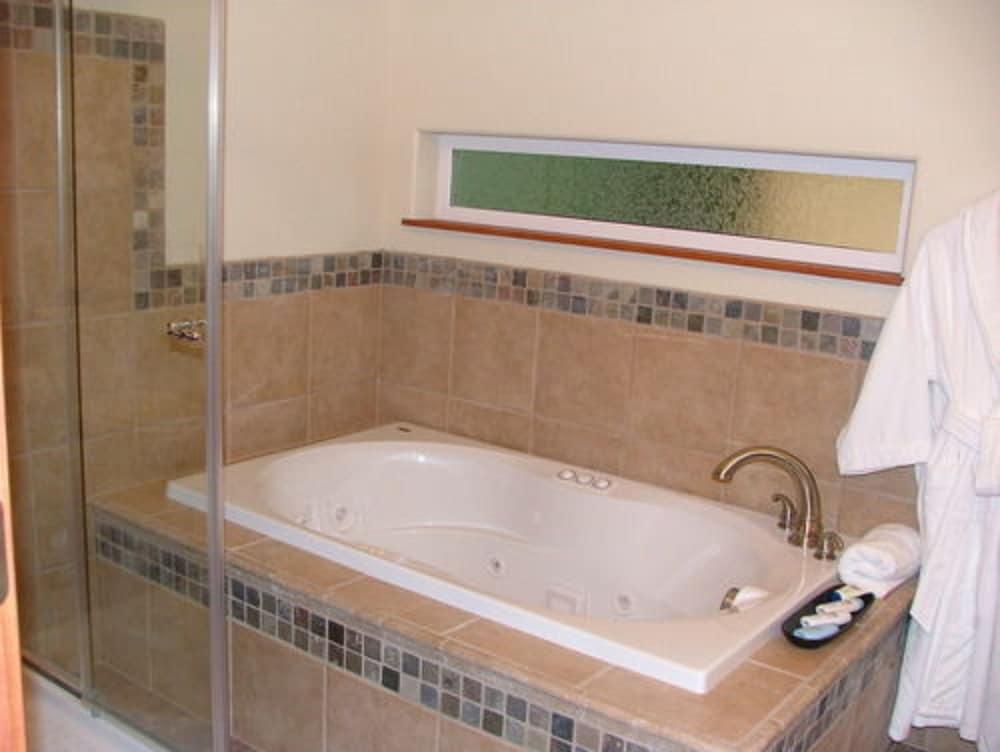 알라스카 어드벤쳐 언리미티드 샬렛(Alaska Adventure Unlimited Chalets) Hotel Image 10 - Deep Soaking Bathtub