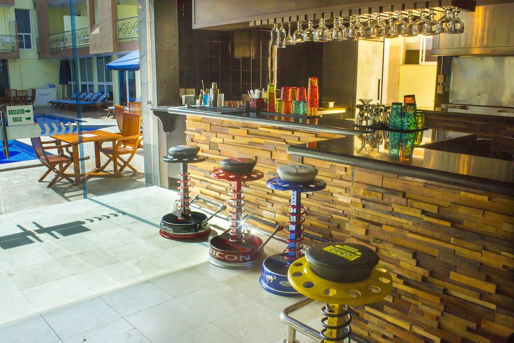 퀄리티 인 마사틀란(Quality Inn Mazatlan) Hotel Image 56 - Poolside Bar