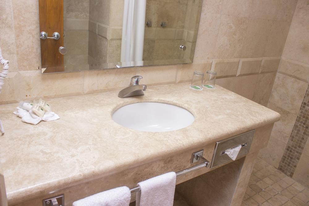 퀄리티 인 마사틀란(Quality Inn Mazatlan) Hotel Image 27 - Bathroom