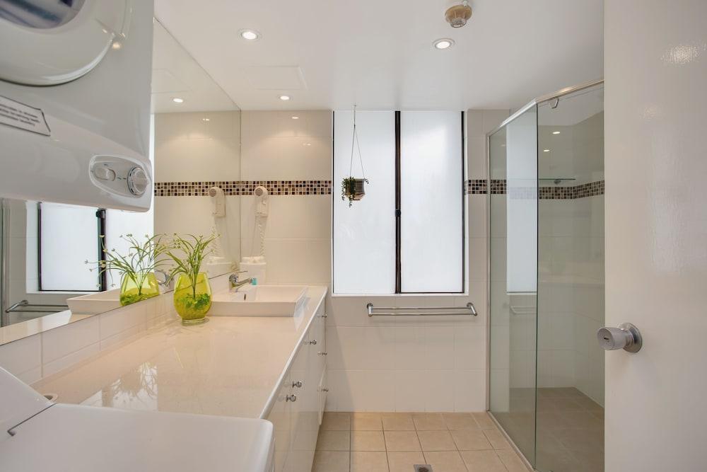 퍼시픽 리조트 브로드비치(Pacific Resort Broadbeach) Hotel Image 43 - Bathroom