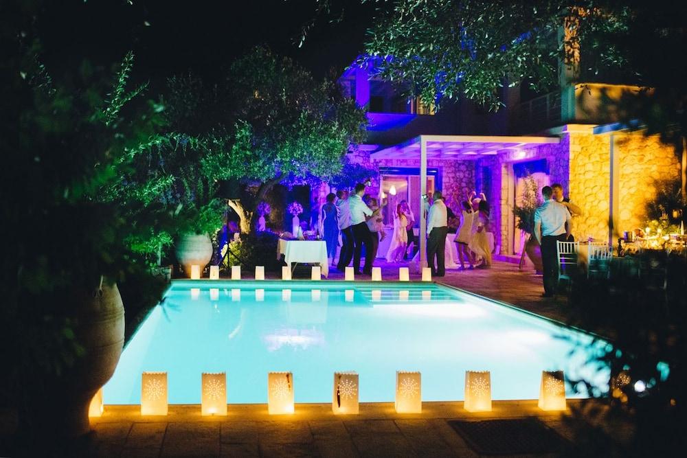 코르푸 럭셔리 빌라(Corfu Luxury Villas) Hotel Image 66 - Courtyard