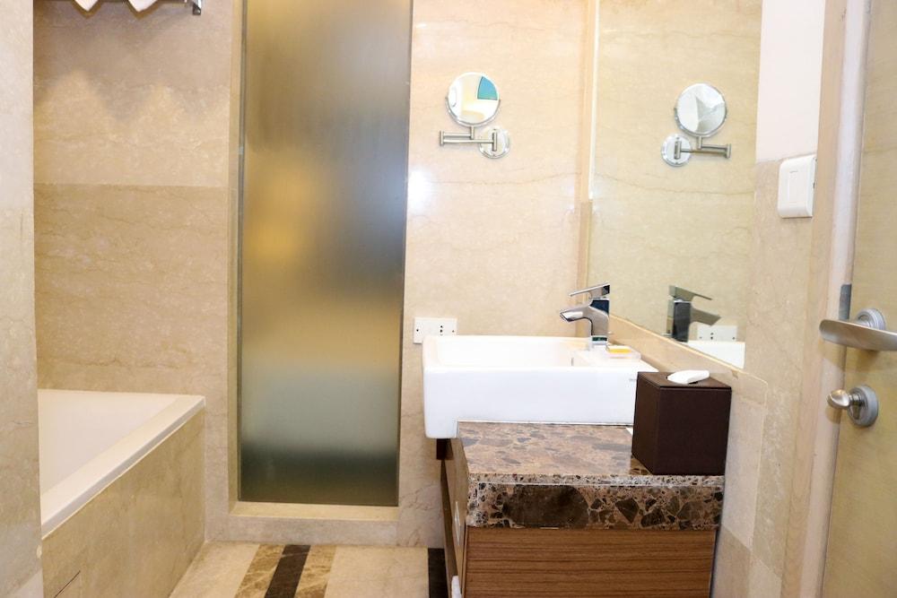 래디슨 블루 호텔 그레이터 노이다(Radisson Blu Hotel Greater Noida) Hotel Image 44 - Bathroom
