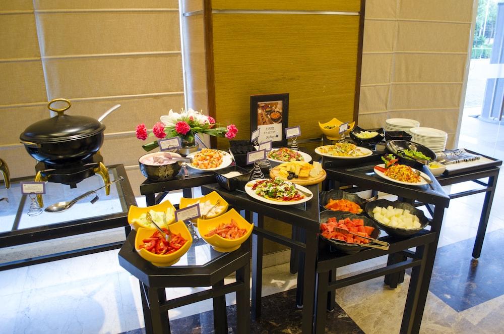 래디슨 블루 호텔 그레이터 노이다(Radisson Blu Hotel Greater Noida) Hotel Image 84 - Buffet