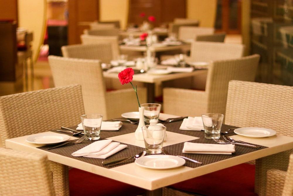 래디슨 블루 호텔 그레이터 노이다(Radisson Blu Hotel Greater Noida) Hotel Image 77 - Restaurant