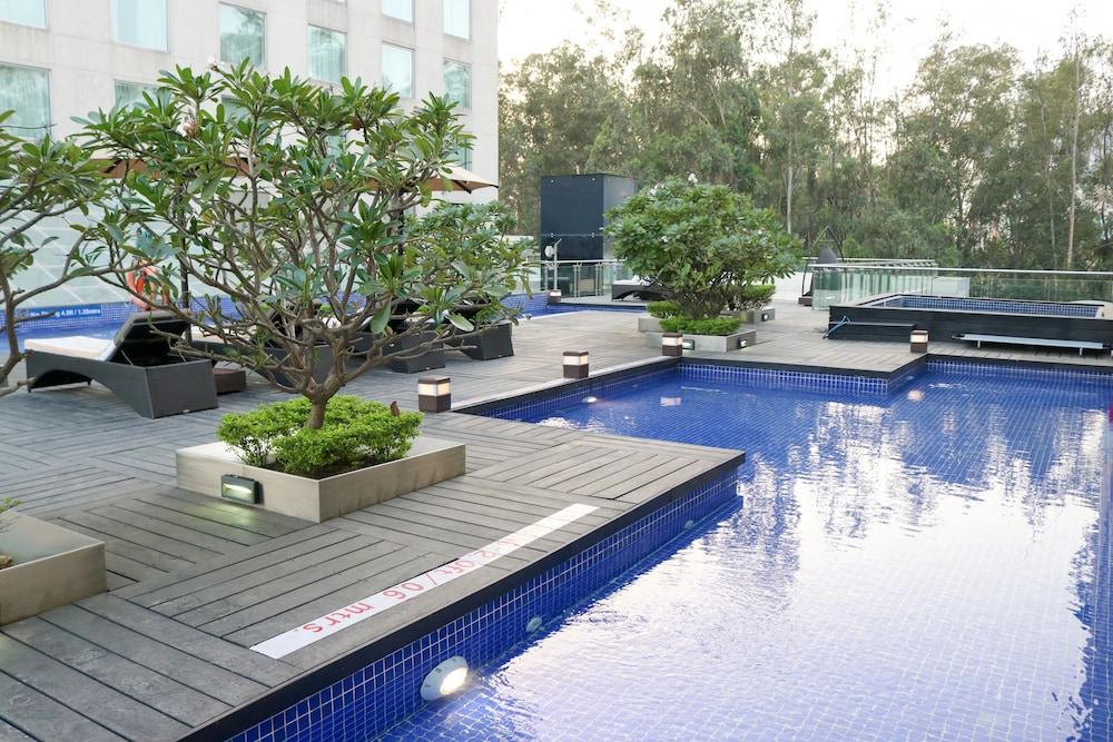 래디슨 블루 호텔 그레이터 노이다(Radisson Blu Hotel Greater Noida) Hotel Image 8 - Pool