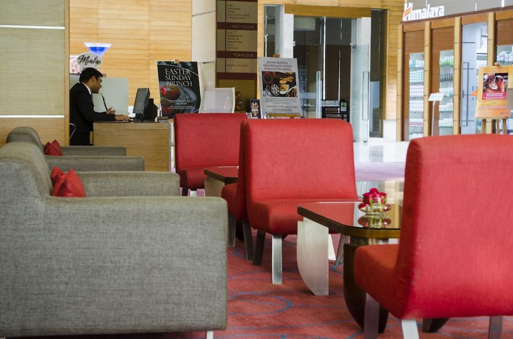 래디슨 블루 호텔 그레이터 노이다(Radisson Blu Hotel Greater Noida) Hotel Image 2 - Lobby Sitting Area
