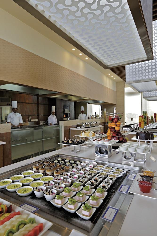 래디슨 블루 호텔 그레이터 노이다(Radisson Blu Hotel Greater Noida) Hotel Image 72 - Restaurant