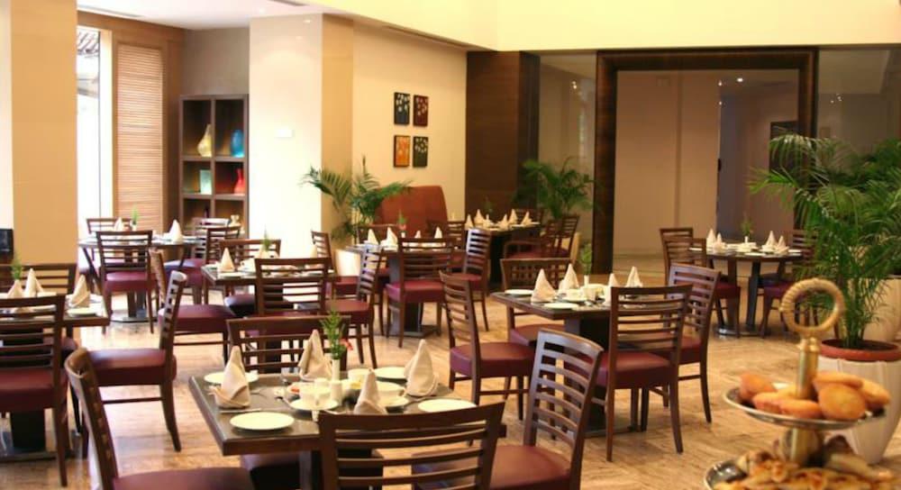 더 리트리트 호텔 & 컨벤션 센터(The Retreat Hotel & Convention Centre) Hotel Image 39 - Hotel Bar