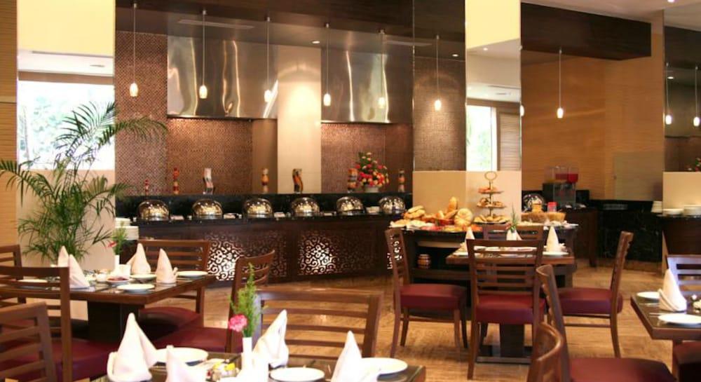 더 리트리트 호텔 & 컨벤션 센터(The Retreat Hotel & Convention Centre) Hotel Image 36 - Restaurant