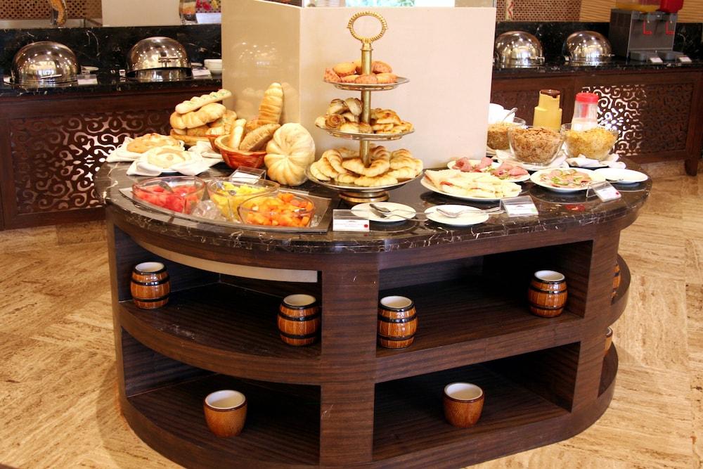 더 리트리트 호텔 & 컨벤션 센터(The Retreat Hotel & Convention Centre) Hotel Image 38 - Breakfast buffet