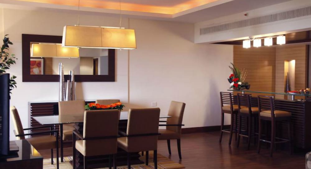 더 리트리트 호텔 & 컨벤션 센터(The Retreat Hotel & Convention Centre) Hotel Image 20 - In-Room Dining