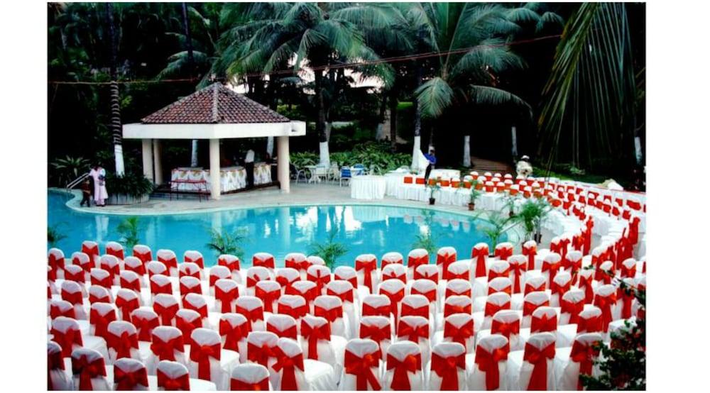 더 리트리트 호텔 & 컨벤션 센터(The Retreat Hotel & Convention Centre) Hotel Image 27 - Outdoor Pool