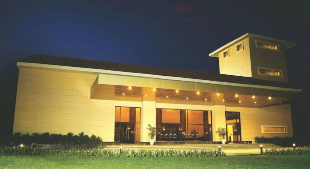 더 리트리트 호텔 & 컨벤션 센터(The Retreat Hotel & Convention Centre) Hotel Image 47 - Hotel Front - Evening/Night