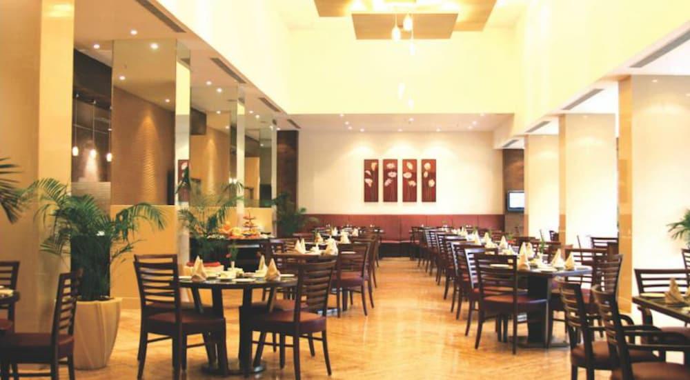 더 리트리트 호텔 & 컨벤션 센터(The Retreat Hotel & Convention Centre) Hotel Image 37 - Restaurant