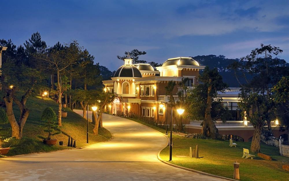 달랏 에덴시 레이크 리조트 & 스파(Dalat Edensee Lake Resort & Spa) Hotel Image 98 - Hotel Front - Evening/Night