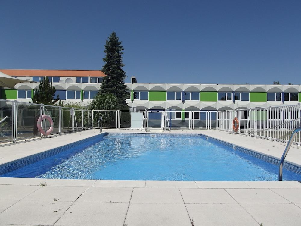 홀리데이 인 익스프레스 스타스부르크-수드(Holiday Inn Express Strasbourg - Sud) Hotel Image 4 - Pool