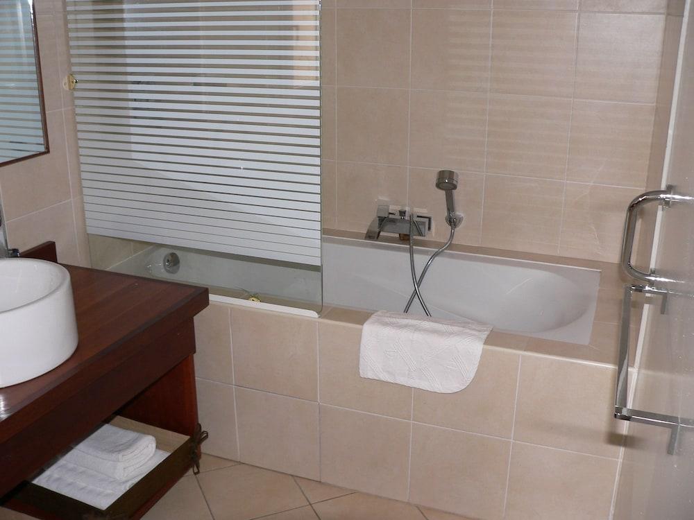 라 레지던스 뒤 로바(La Residence du Rova) Hotel Image 11 - Deep Soaking Bathtub