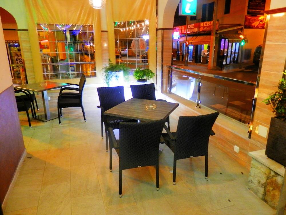 호텔 플라야 솔(Hotel Playa Sol) Hotel Image 13 - Porch