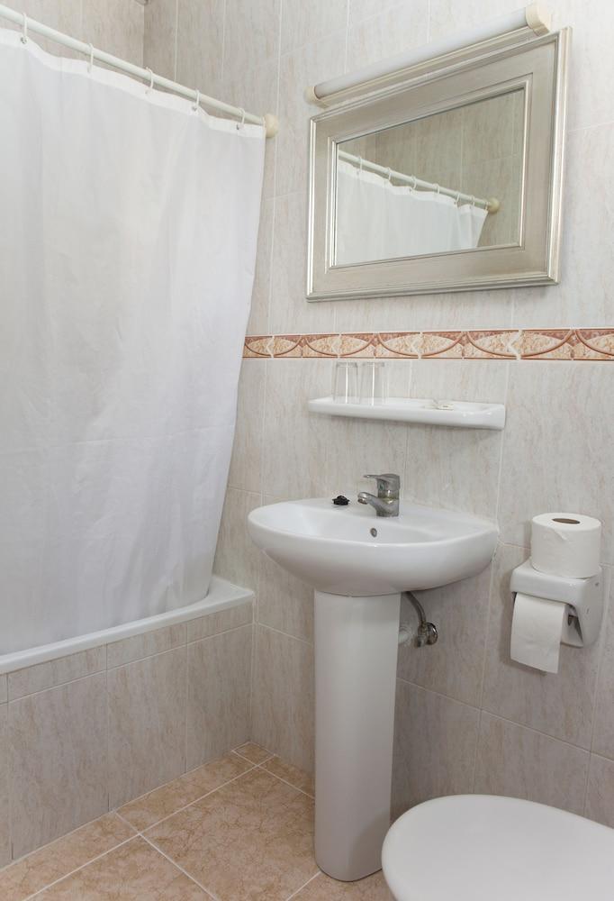 호텔 플라야 솔(Hotel Playa Sol) Hotel Image 5 - Bathroom