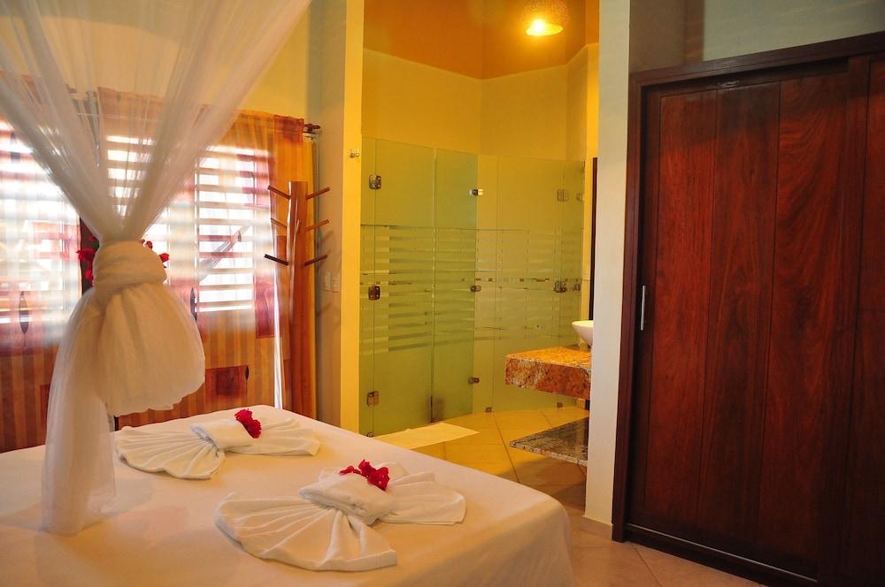 https://i.travelapi.com/hotels/5000000/4500000/4496300/4496273/efd29bcc_z.jpg