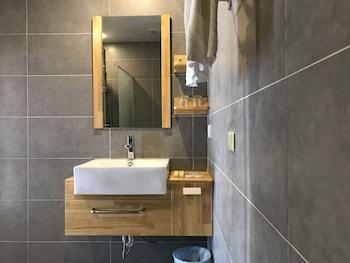 Flora East Resort and Spa Boracay Bathroom