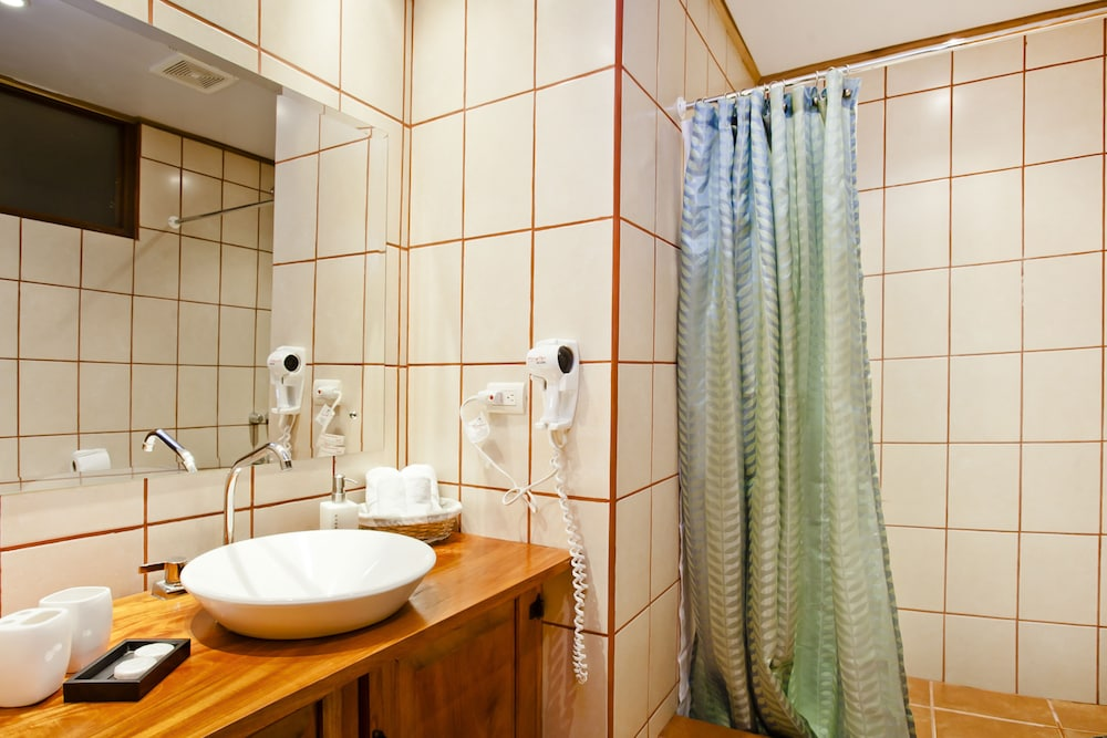몬테베르데 로지 & 가든(Monteverde Lodge & Gardens) Hotel Image 22 - Bathroom