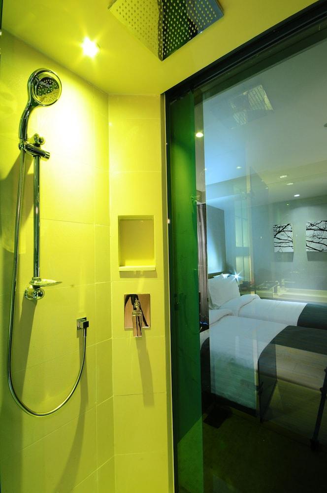 시트러스 수쿰윗 13 바이 컴패스 호스피탈리티(Citrus Sukhumvit 13 by Compass Hospitality) Hotel Image 19 - Bathroom Shower