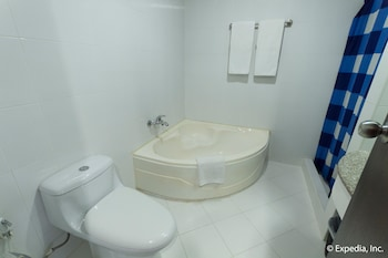 EGI Resort and Hotel Mactan Bathroom