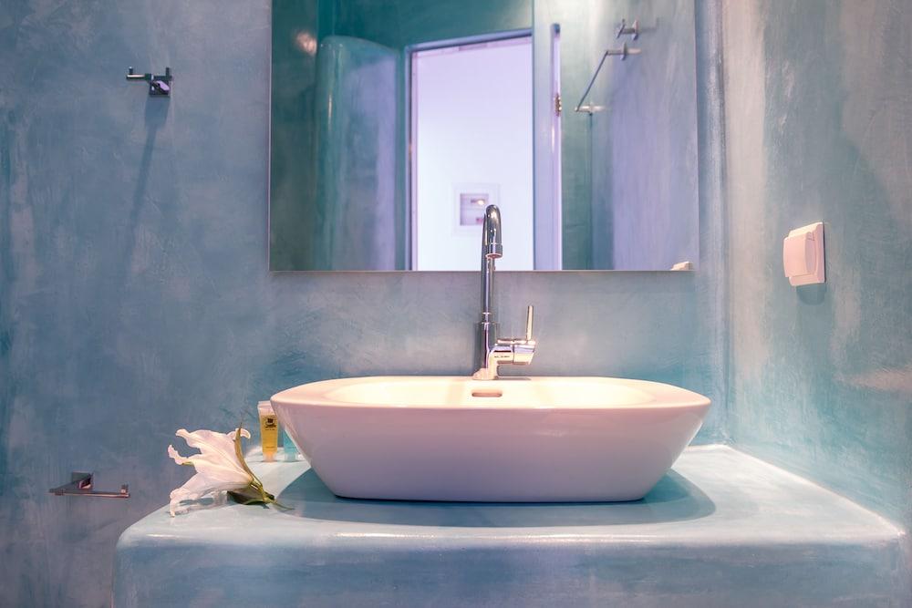 오이아 스위트(Oia Suites) Hotel Image 64 - Bathroom Sink