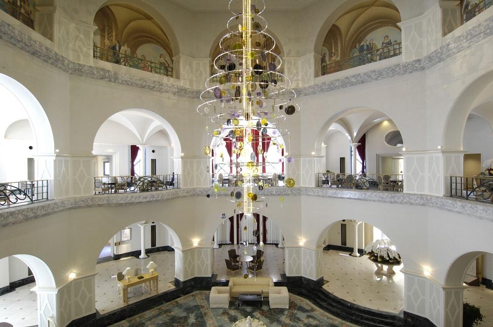 로얄 오크 호텔 스파 & 가든(Royal Oak Hotel Spa & Gardens) Hotel Image 1 - Lobby