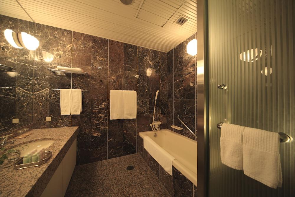 로얄 오크 호텔 스파 & 가든(Royal Oak Hotel Spa & Gardens) Hotel Image 15 - Bathroom