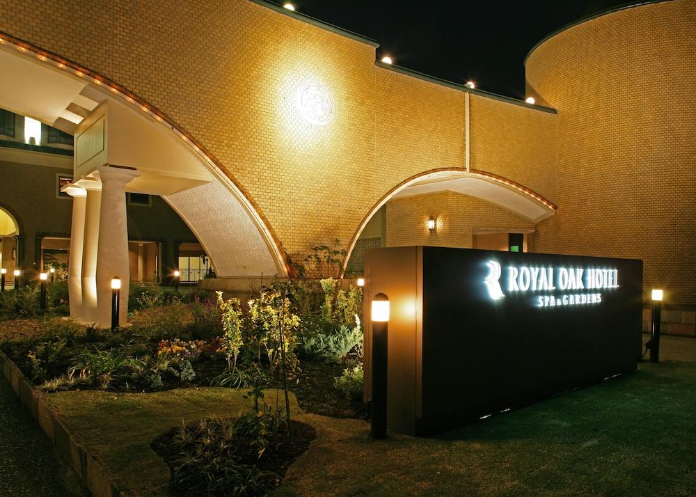 로얄 오크 호텔 스파 & 가든(Royal Oak Hotel Spa & Gardens) Hotel Image 43 - Hotel Front - Evening/Night