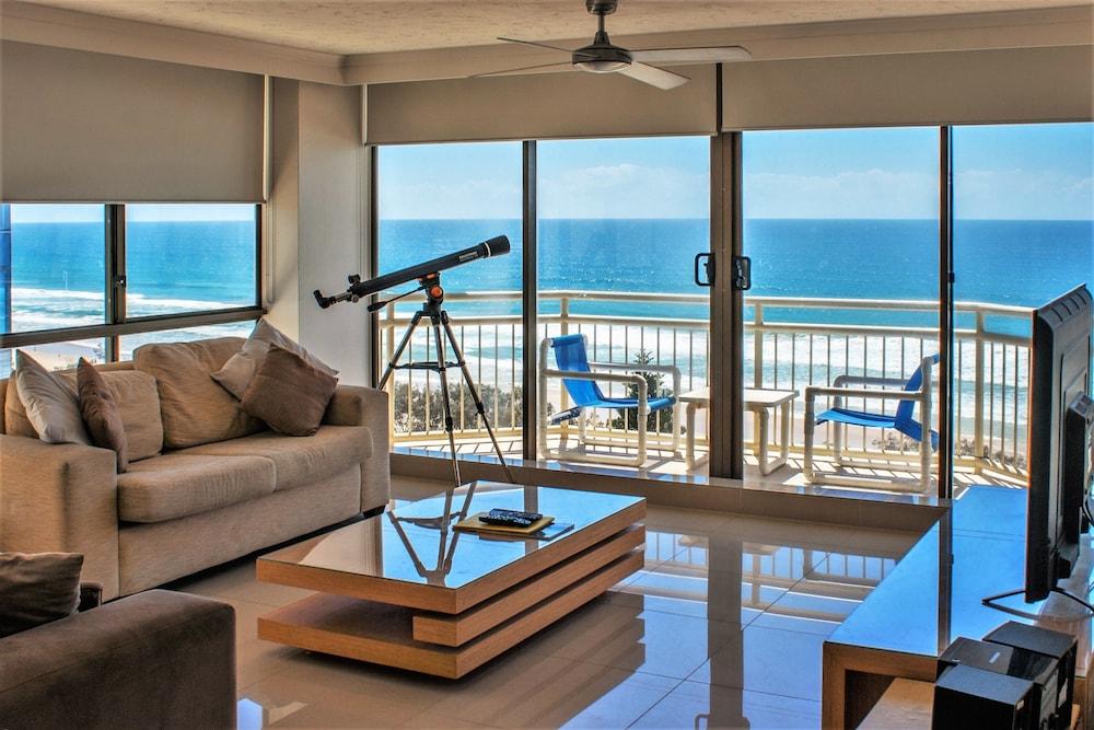시크레스트 비치프런트 홀리데이 아파트먼츠(Seacrest Beachfront Holiday Apartments) Hotel Image 15 - Living Room