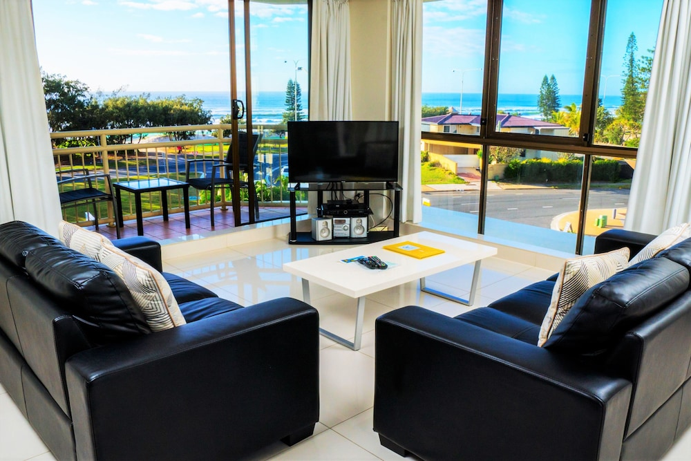 시크레스트 비치프런트 홀리데이 아파트먼츠(Seacrest Beachfront Holiday Apartments) Hotel Image 16 - Living Room