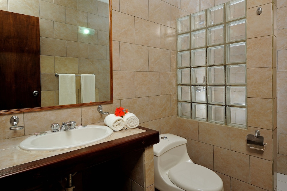 에덴 비치 리조트(Eden Beach Resort) Hotel Image 38 - Bathroom