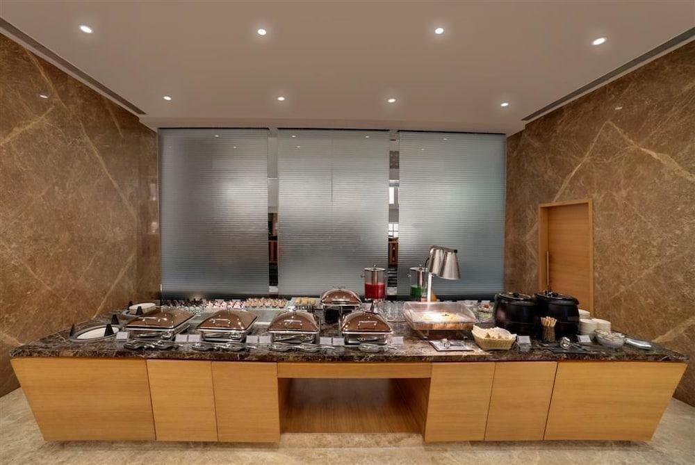 그랜드 바그와티(The Grand Bhagwati) Hotel Image 22 - Breakfast buffet