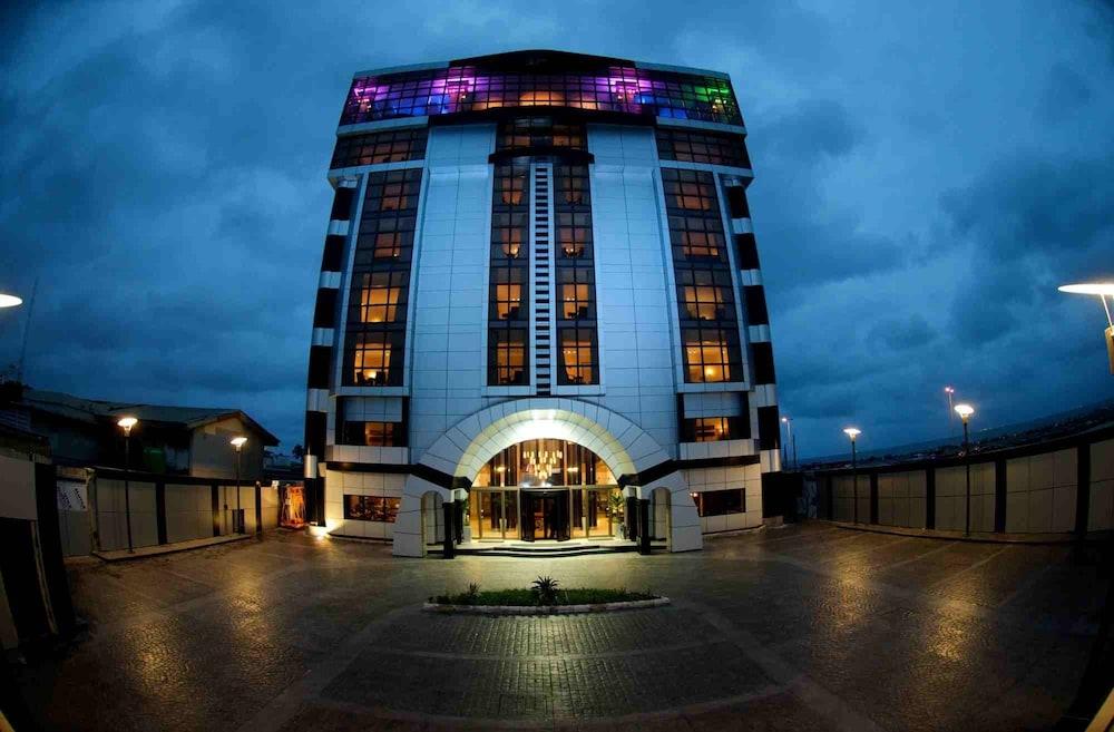 애비뉴 스위트(The Avenue Suites) Hotel Image 38 - Hotel Front - Evening/Night