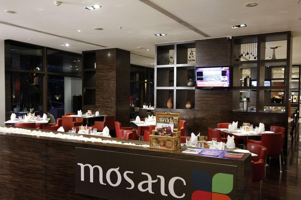 크라운 플라자 푸네 시티 센터(Crowne Plaza Pune City Centre) Hotel Image 33 - Restaurant