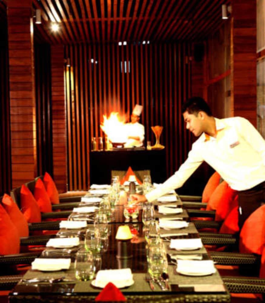 크라운 플라자 푸네 시티 센터(Crowne Plaza Pune City Centre) Hotel Image 35 - Restaurant