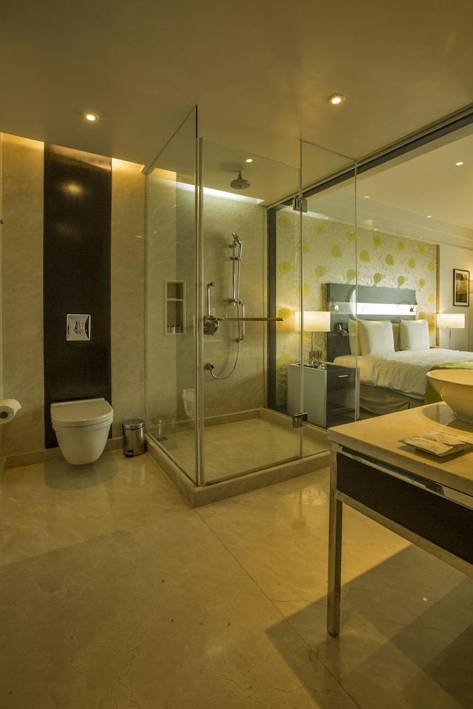 크라운 플라자 푸네 시티 센터(Crowne Plaza Pune City Centre) Hotel Image 15 - Bathroom